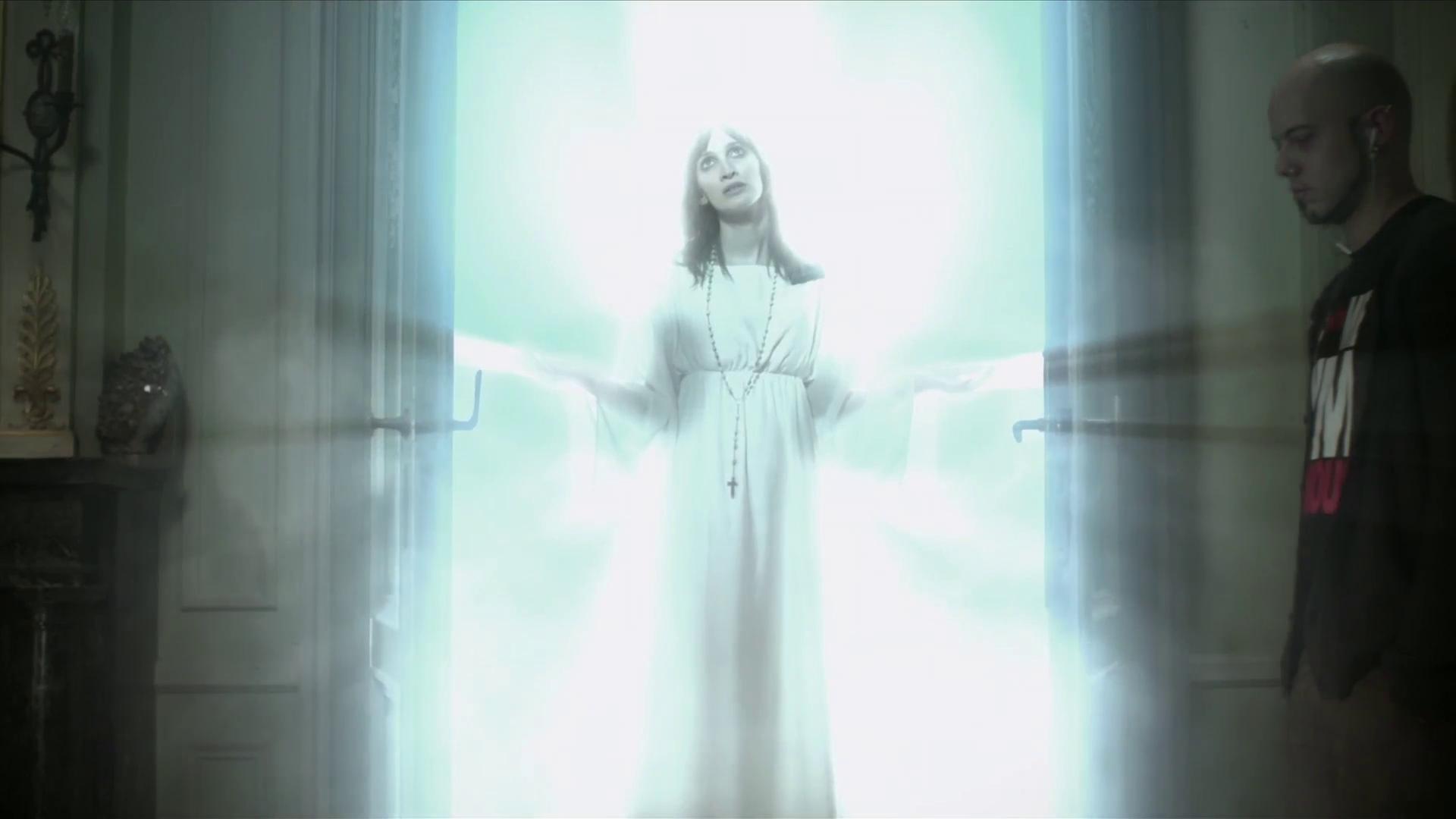 Dernière formalité l'ange entre dans la chambre